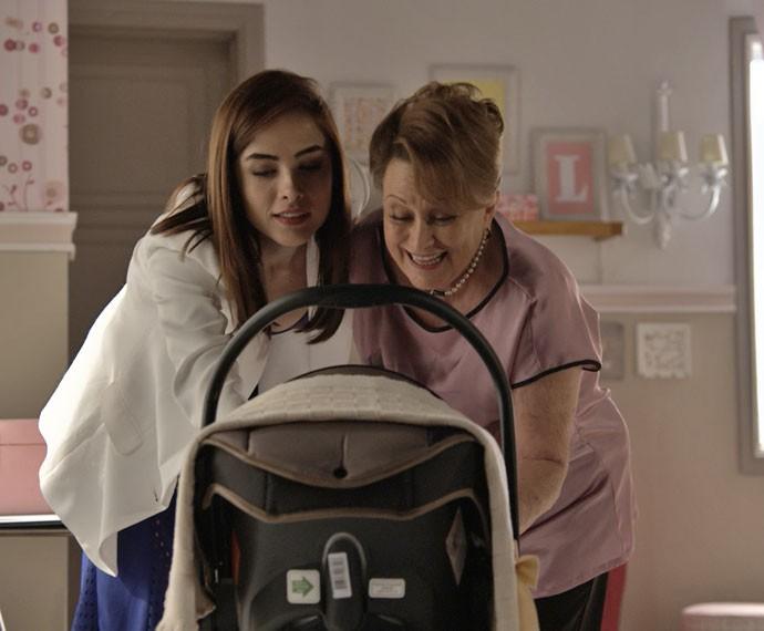 Izabelita leva Margot para conhecer o quarto montado para Maria (Foto: TV Globo)
