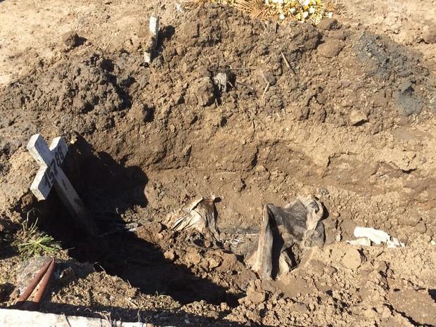Cova aberta exala mau cheiro e tem restos de roupas e resíduos (Foto: Janaína Carvalho / G1)
