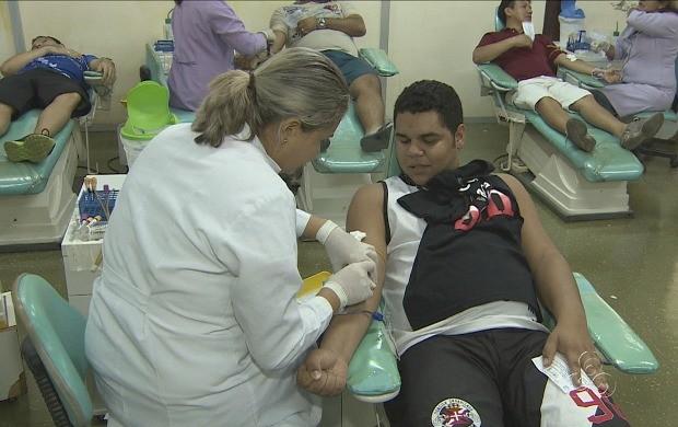 Doadores compareceram à sede do Hemoam em Manaus (Foto: Amazonas TV)