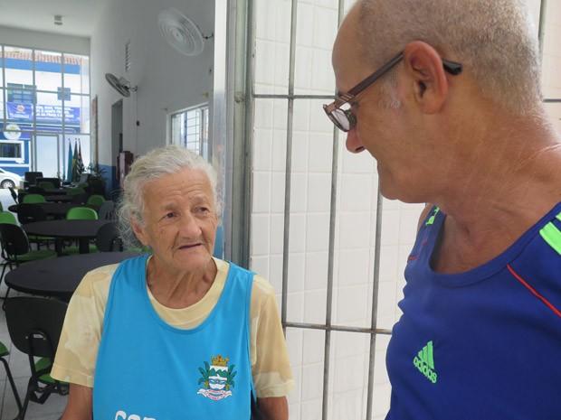 Irmãos contam as novidades um para o outro, após 30 anos sem se ver (Foto: Mariane Rossi/G1)