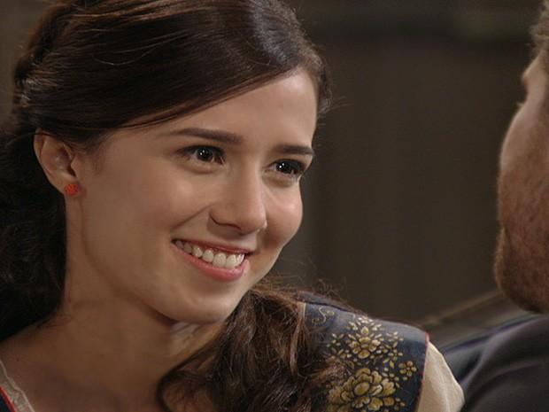 Laura conta para Edgar que resolveu voltar a morar com ele (Foto: Lado a Lado / TV Globo)