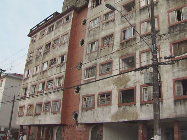 Pedaços da fachada do prédio cairam na rua (Foto: Reprodução/TV Tribuna)