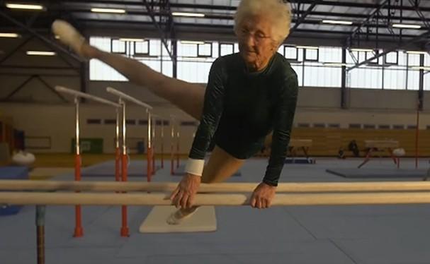Ginasta de 91 anos nas barras paralelas (Foto: Reprodução/YouTube)