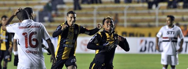 Nelvin Soliz comemora gol Strongest sobre São Paulo (Foto: AFP)