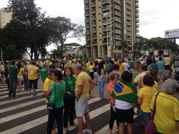 Em Botucatu, a concentração foi no Largo da Catedral  (Foto: Felipe Pugliese/ TV TEM )
