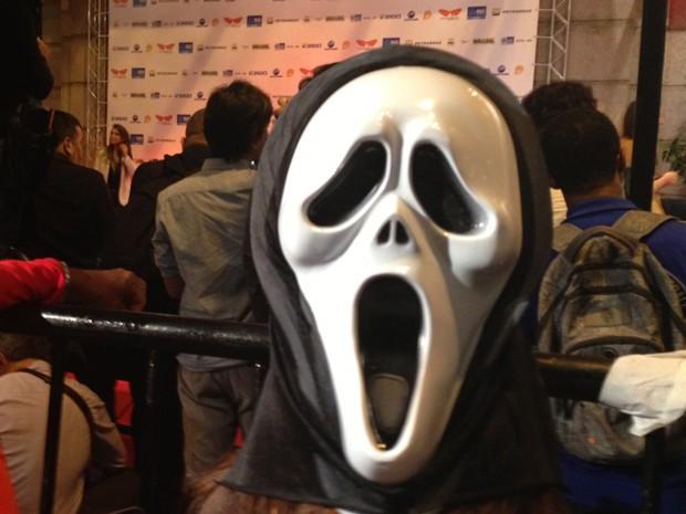 Manifestante usa máscara do filme 'Pânico' atrás da cabeça na porta do Cine Odeon, que recebe a abertura do Festival do Rio (Foto: Gabriel Barreira / G1)