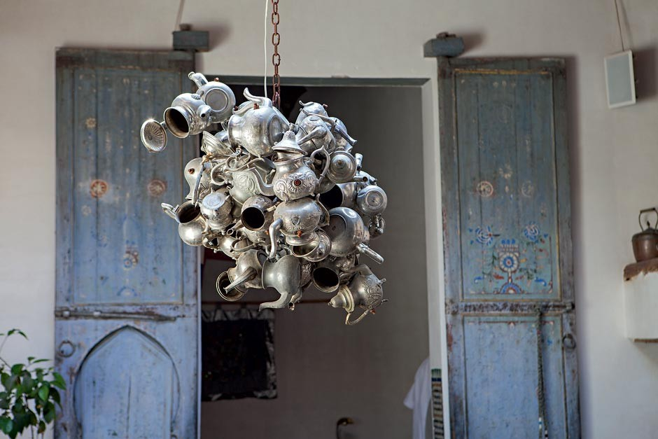 O pendente central é uma obra de arte composta de antigos bules de chá (Foto: Lufe Gomes/Life by Lufe)