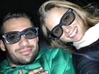 Ex-BBB Yuri posa com óculos 3D ao lado da namorada