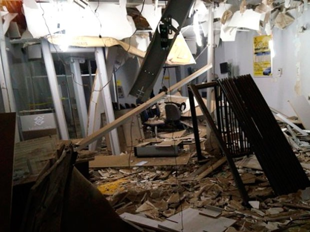 Agência do Banco do Brasil foi alvo de explosão nesta madrugada (Foto: Josivan Dantas)