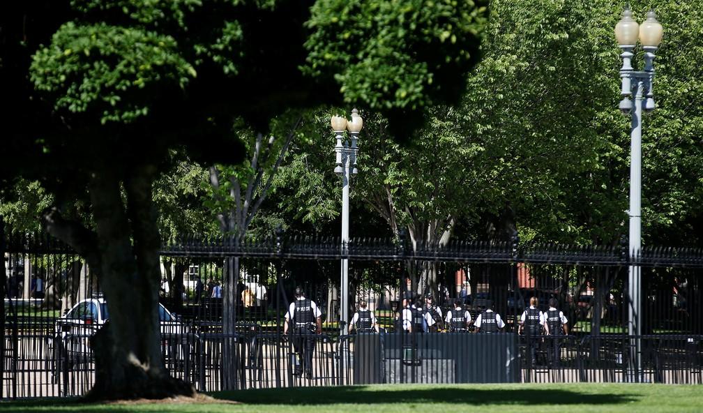 Funcionários do Serviço Secreto dos EUA caminham pela Avenida Pennsylvania em reação a um indivíduo que pulou barreira de proteção da Casa Branca nos EUA (Foto: REUTERS/Joshua Roberts)