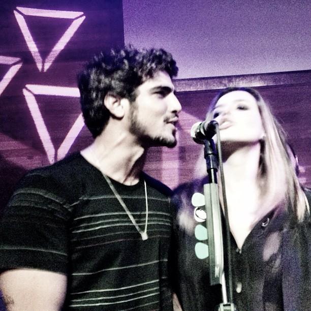 Caio Castro e Giovanna Lancellotti cantam juntos na festa da atriz (Foto: Instagram/ Reprodução)
