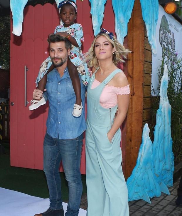 Bruno Gagliasso, com Titi nos ombros, e Giovanna Ewbank (Foto: Reprodução/Instagram)