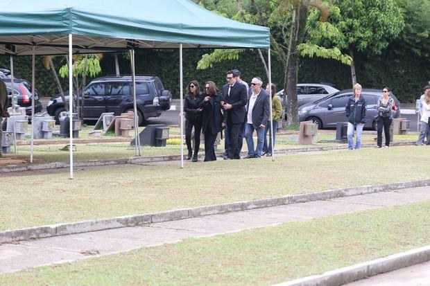 Luciano Szafir e sua mãe Beth acompanharam o sepultamento de Alexandra Szafir  (Foto: Denilson Silva/Agnews)