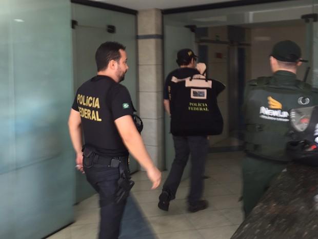 Policiais federais recolhem documentos durante operação em Goiânia, Goiás (Foto: Murillo Velasco/G1)