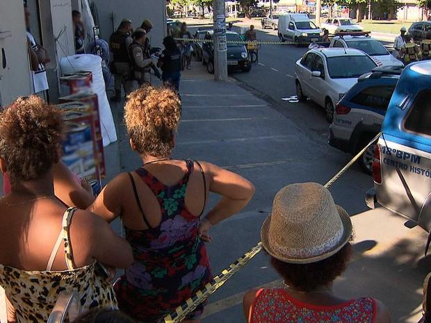 Policiais civis e militares estiveram no local do crim, em Salvador (Foto: Imagem/TV Bahia)