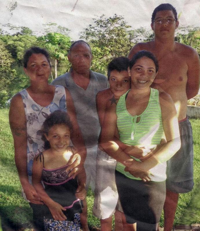 Wagner abraçado com a irmã Tabatta. Na foto também estão a mãe Ivone, o pai Eurides, o irmão Wesley e a sobrinha Yasmin  (Foto: Arquivo pessoal)