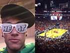 De óculos, Neymar assiste a jogo de basquete em Miami