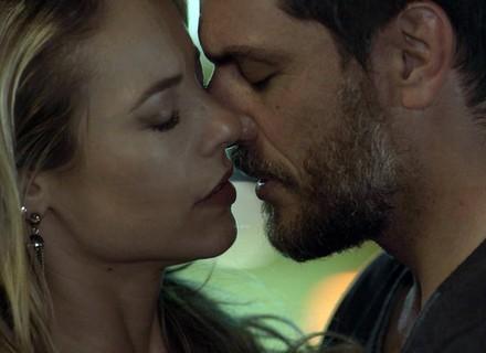 Caio e Jeiza se beijam