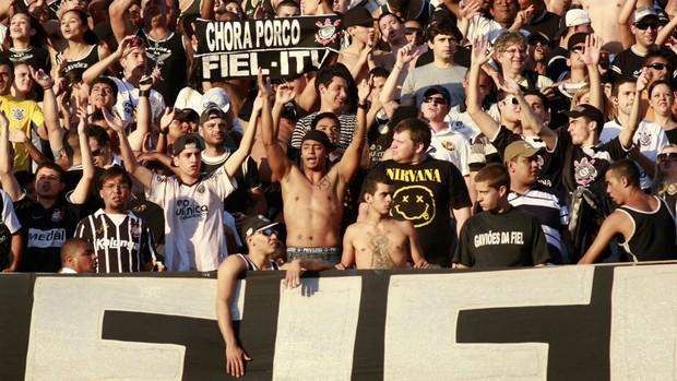 Torcedores do Corinthians ironizam rebaixamento do Palmeiras (Foto: WESLEY SANTOS/AE)