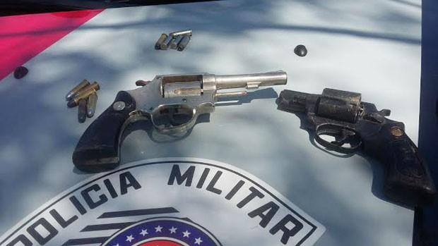 Revólveres e munições foram apreendidos pela polícia (Foto: Cedida/Polícia Militar)