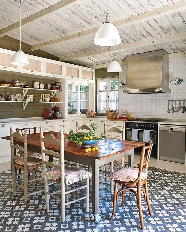 11 cozinhas com o charme do ladrilho hidr ulico casa for Casa moderna rustica