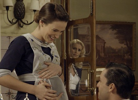 Celso põe a mão na barriga de Maria e deixa Sandra furiosa
