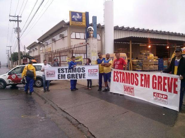 Funcionários dos Correios entram em greve em São José dos Campos (Foto: Angelica de Paula/Sintect)