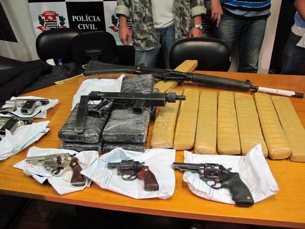 Armas e drogas que teriam sido apreendidas com suspeitos após ação da Rota que resultou em seis mortos (Foto: Marcelo Mora)