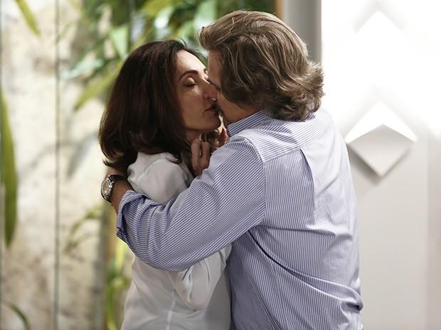 O casal não resiste à forte atração e se beija (Foto: Inácio Moraes/Gshow)
