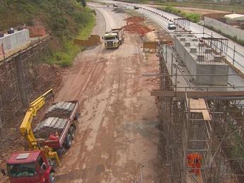 Obra em viaduto bloqueia trecho da BR-101 Sul (Foto: Reprodução / TV Globo)