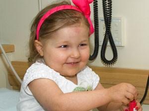 A garotinha Avalanna Roth, fã de Justin Bieber, que sofria de câncer no cérebro e morreu aos 6 anos de idade; ela chegou a 'se casar' com o cantor no hospital (Foto: Dana Farber Cancer Institute/AP)