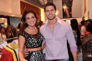 Kamilla e Jonas em loja em São Paulo (Foto: Leo Franco / AgNews)