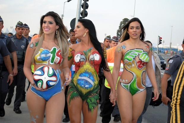 Anônimas  param o Itaquerão em dia de jogo do Brasil na tentativa de virar musas da copa (Foto: Eduardo Graboski / Divulgação)
