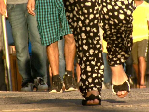 Pessoas têm preferido andar a pé do que viajar de ônibus e táxi em Campinas (Foto: Reprodução / EPTV)