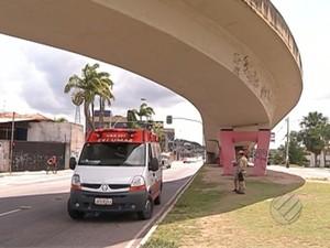 Motociclista caiu de elevado na avenida Júlio César (Foto: Reprodução/TV Liberal)