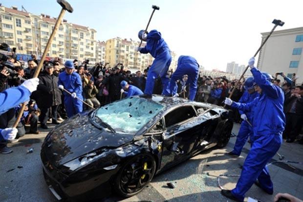 d43d2d28a21 Chineses destrõem Lamborghini no Dia Mundial dos direitos do consumidor.  (Foto  AFP)