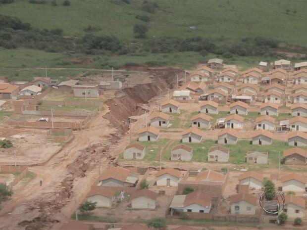 Segundo gerente de obras, cratera que 'engoliu' rua tem cerca de 900 metros de extensão (Foto: Reprodução/TV Morena)