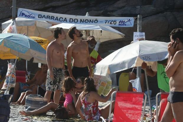 Grazi Massafera e Cauã Reymond vão juntos a praia no Rio (Foto: Delson Silva e Marcus Pavao / AgNews)