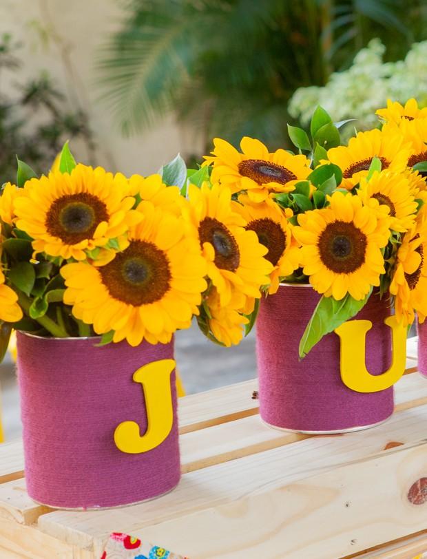 Vaso de flores com nome do aniversariante. (Foto: Elisa Mendes)
