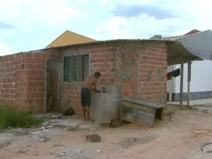 Homem invade obra de creche em São Carlos (Foto: Rodrigo Sargaço)