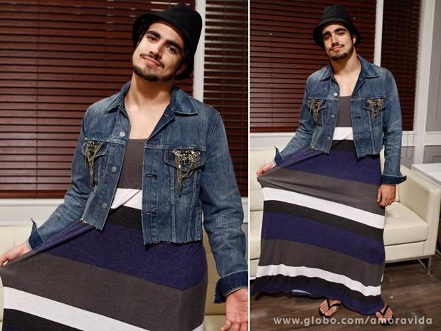 Caio Castro faz graça usando vestido e jaquetinha (Foto: Amor à Vida / TV Globo)