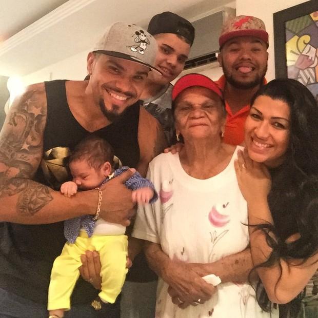 Naldo posa com a família (Foto: Instagram / Reprodução)