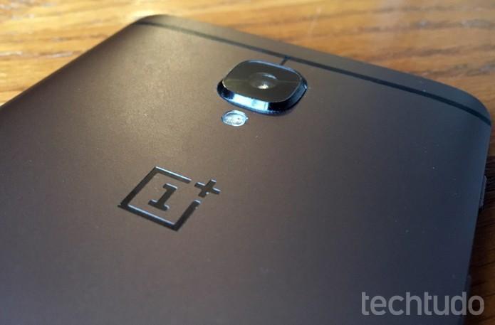 OnePlus 3T tem corpo feito em alumínio e traseira levemente curva  (Foto: Elson de Souza/TechTudo)