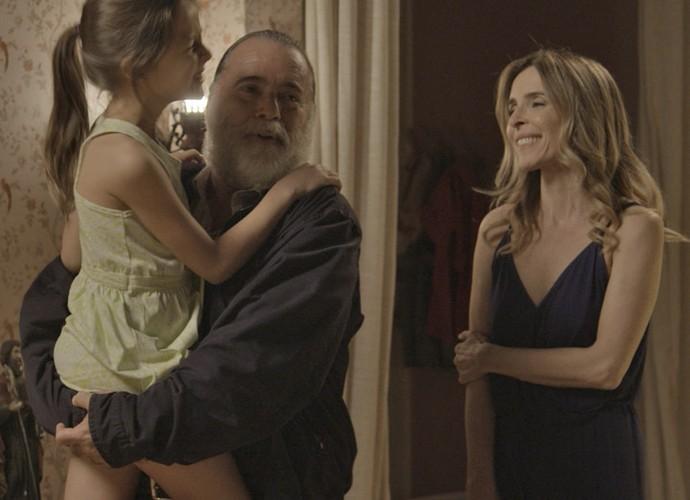 Zé Maria chega à casa de Kiki para visitar a filha (Foto: TV Globo)