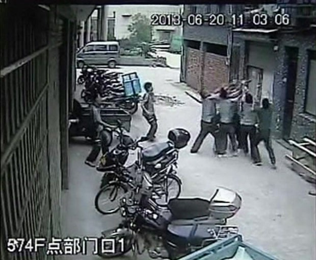 Menina cai de prédio mas é salva por homens na rua na China (Foto: BBC)