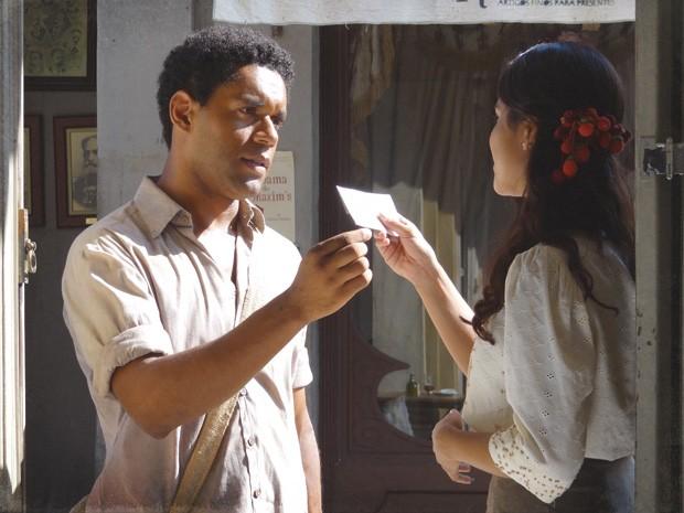 Chico entrega bilhete de Albertinho, achando que não tem chance com a morena (Foto: Lado a Lado/TV Globo)