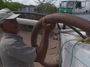 Moradores precisam de carros-pipa para terem água para beber  (Foto: Reprodução/TV Subaé)