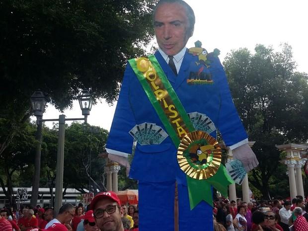 O vice-presidente Michel Temer foi representado com uma faixa escrita 'golpista' em ato no Recife (Foto: Bruno Marinho/G1)