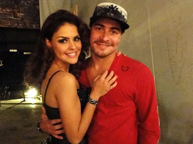 Paloma ganha o carinho do namorado, Thiago Martins, antes de começar a gravar (Foto: Salve Jorge/TV Globo)