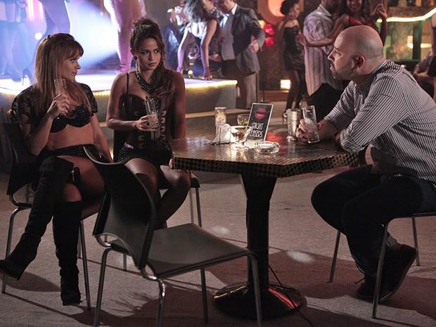 Jéssica ajuda Morena e levar cliente no papo (Foto: Salve Jorge/TV Globo)